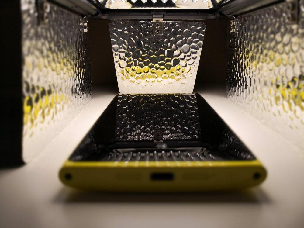 Jedes Smartphone ist geeignet. Je größer, desto besser. Wichtig: das Display sollte einigermaßen Kratzerfrei und sauber sein. Schlecht angebrachte Displayschutzfolien mit darunter liegenden Blasen eignen sich nicht.