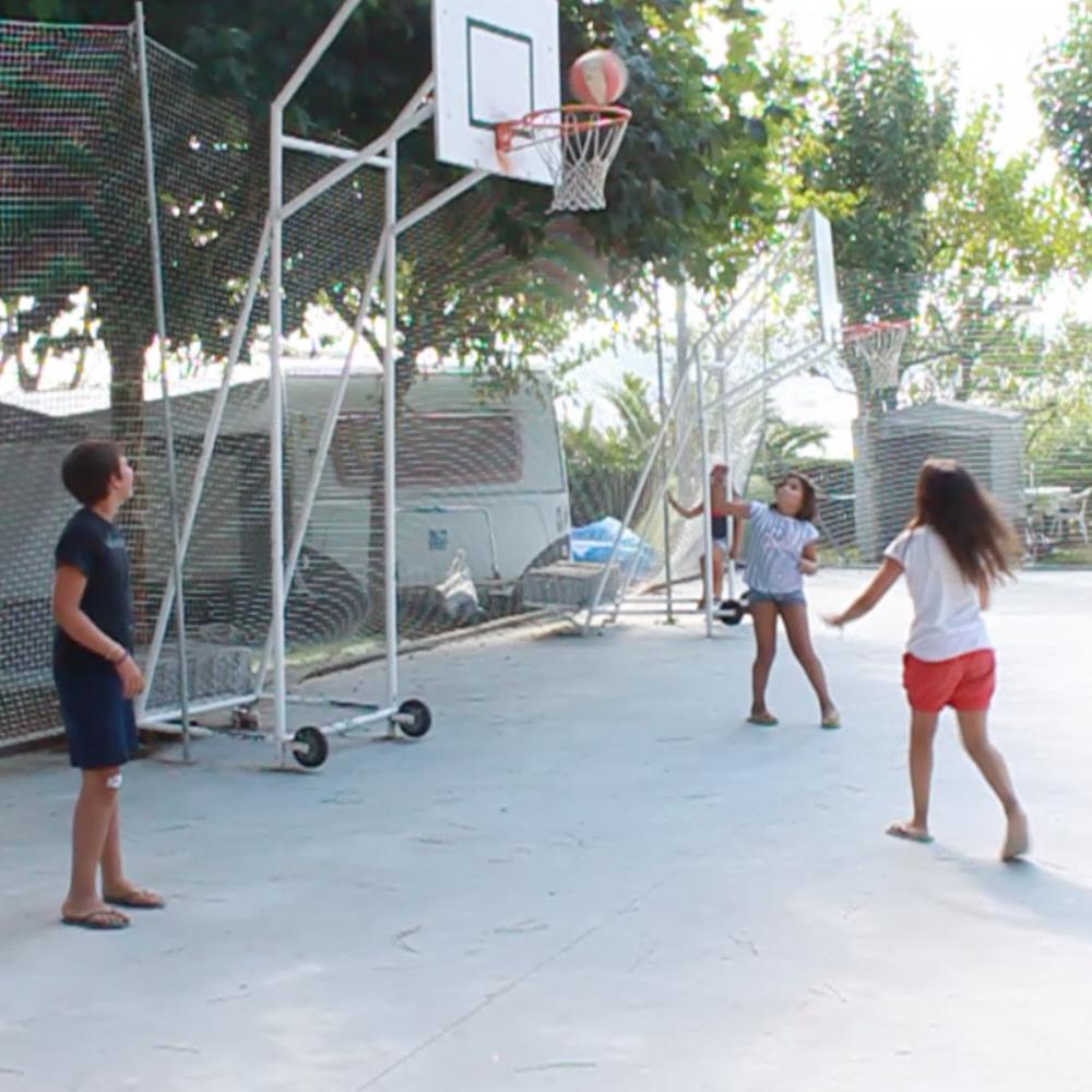 PISTA DEPORTIVA /  SPORTS COURT     El camping dispone de pista de juego donde los niños desarrollan actividades deportivas como el basket, volley o patinaje /  Sports court where kids play basketball, volleyball or skate.