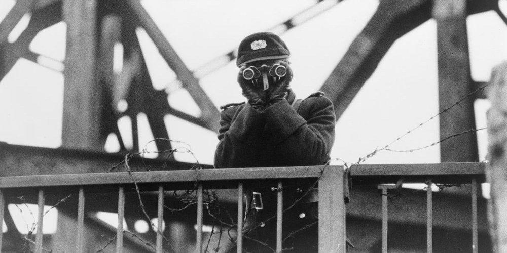 Ein Grenzer an der Berliner Mauer
