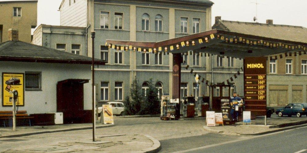 Im Blick zurück: eine alte Minol-Tankstelle in Ostdeutschland