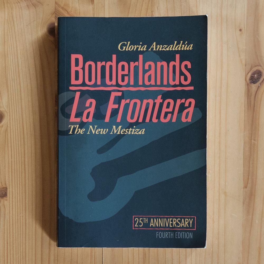 Gloria Anzaldúa, Borderlands/La Frontera: The New Mestiza  (San Fransisco: Aunt Lute Books, 1987).   Buch der Woche vom 22. Juli 2017