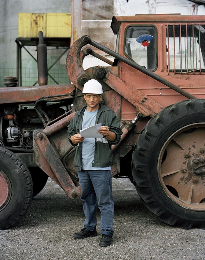 Nenea cu tractor.jpg