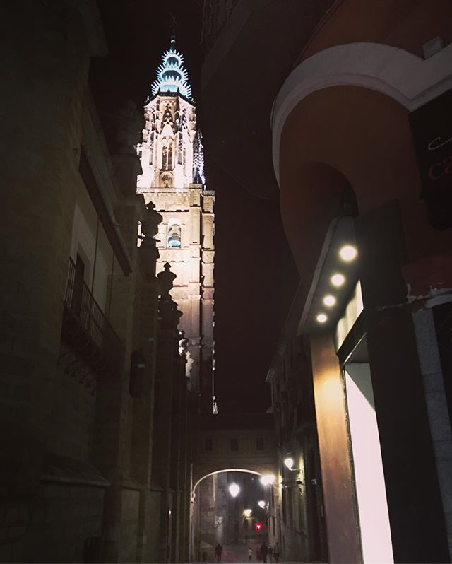 Running up through the narrow, winding streets, past the monastery and synagogue treading the same paths as the knights Templar once trod and I happened upon the Catedral de Toledo... #simplelife #simpleliving #running #wintertraining #toledo #whoknew #backofbeyonduk