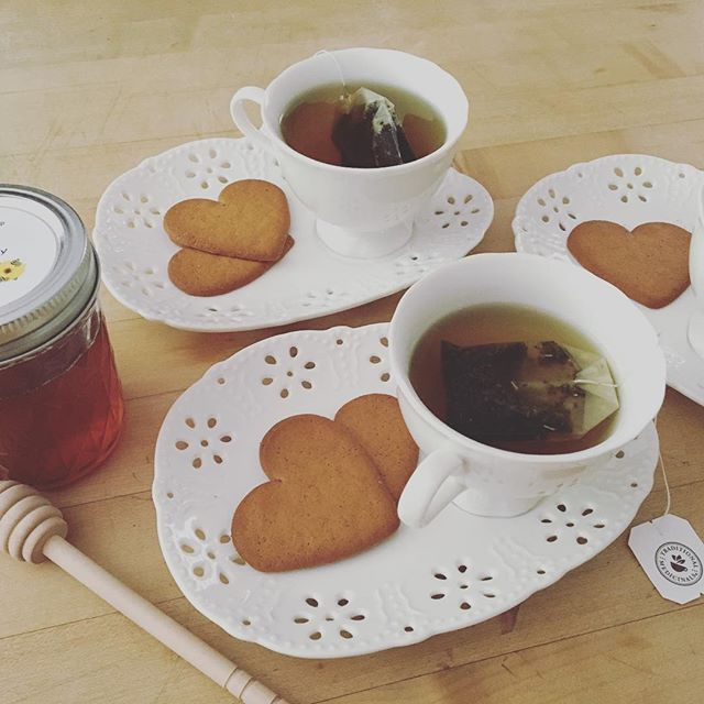 My little girl and I love having tea parties. I've been teaching her from a very young age to choose teas with medicinal properties (peppermint is a big hit at the moment) and pair it with raw harvested honey (white sugar is never an option, in fact the cookies are also made with honey) 🍯🍵 . . #tea #teaparty #startthemyoung #medicine #herbal #sugarfree #honey #food #healthyliving #healthylifestyle #momdaughter #goals #brainfood #brainfoodbook #foodismedicine
