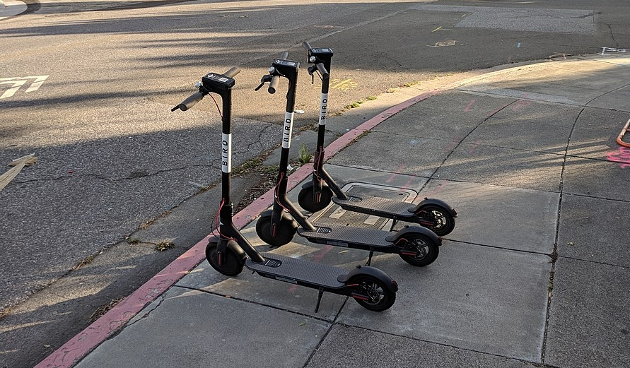 1024px-Bird_scooters_on_the_sidewalk_in_San_Jose.jpg