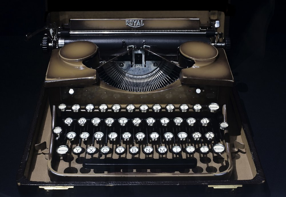 2048px-Berlin-_Royal_mechanic_manual_portable_typewriter_-_3128.jpg