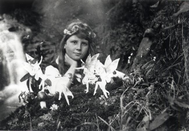 Elsie Wright –  Cottingley Fairies , 1917.