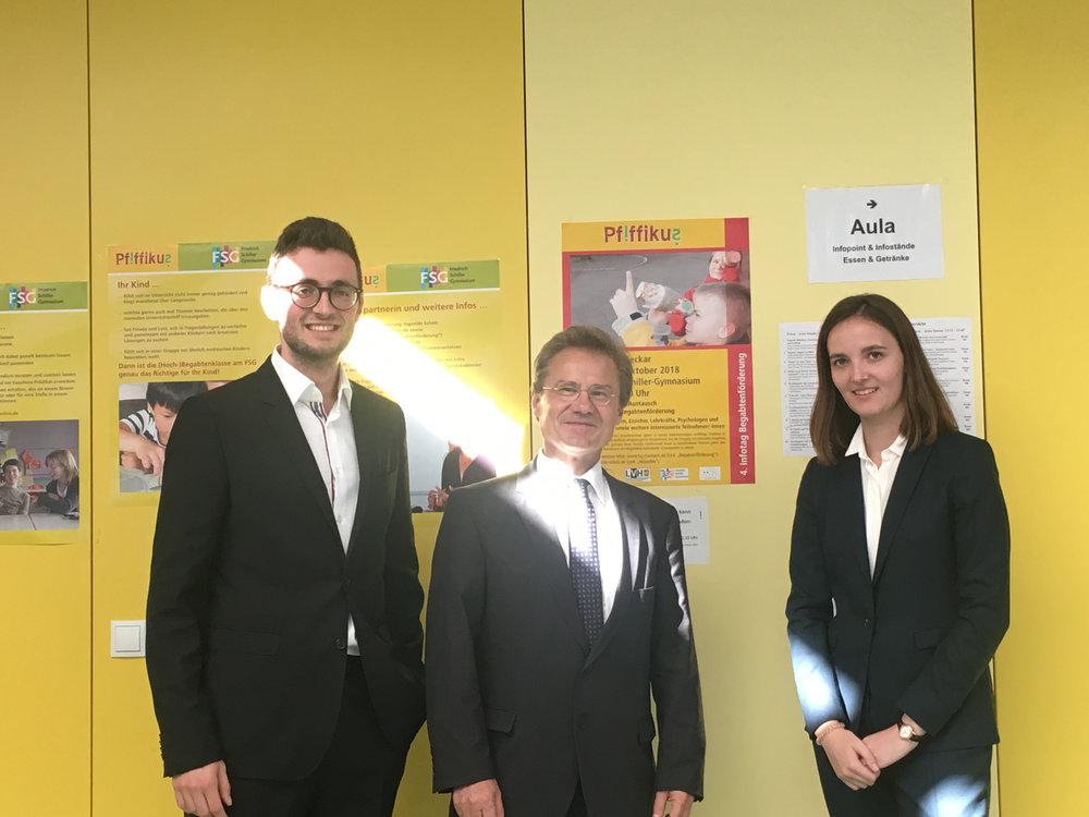 Lea und Carl mit Christof Martin, Schulleiter des Friedrich-Schiller-Gymnasiums in Marbach am Neckar