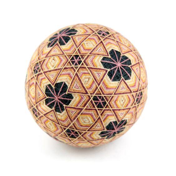 A japán TEMARI gömbök a tökéletesség szimbolumai , a szakrális geometria az Univerzum ösnyelve.