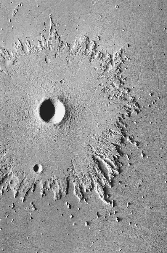 A Nap képe: Kráter a Marson, még ha nem valós is szép: vajon milyen kozmikus ecset fröcskölt ilyen tökéletes formát?