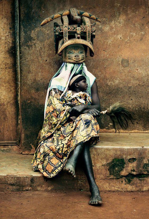 Anya (Hold a Rákban) - szellem (Plútó szembenállás): Ketou falubeliek Beninben, fotós: DAVID PAUL CARR
