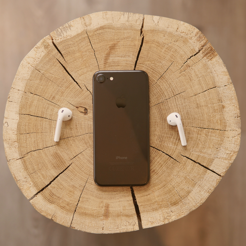 phone-wireless-headset-on-wood.png