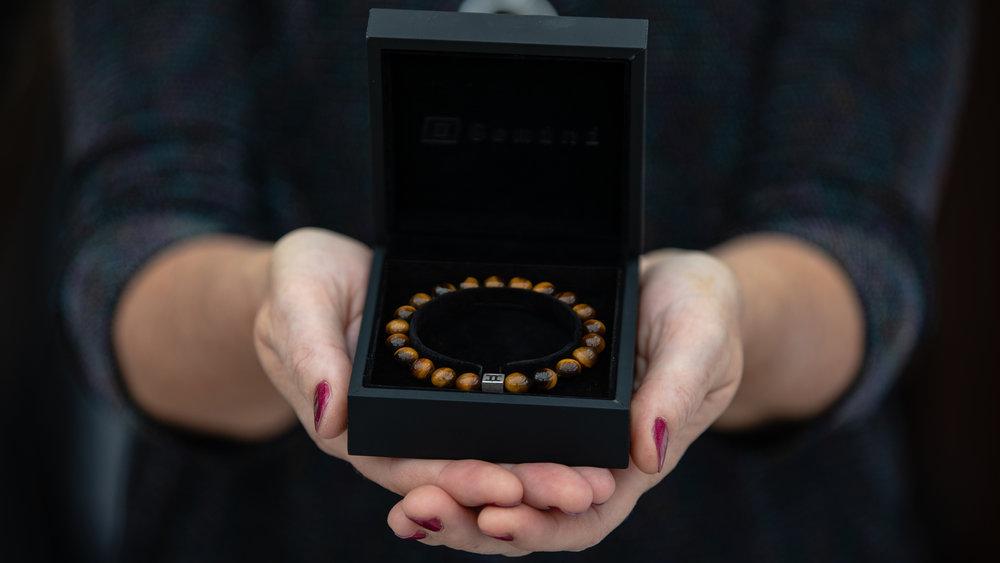I want to give a bracelet -