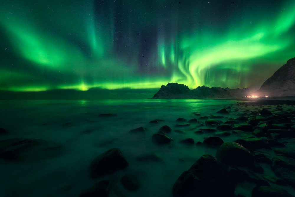 Strong northern lights at Uttakleiv, Lofoten
