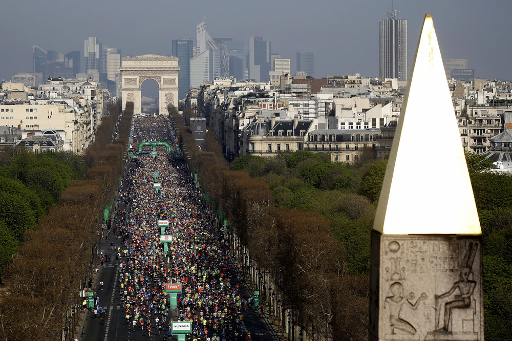 The iconic start on the Champs Élysées of the Marathon de Paris 2018