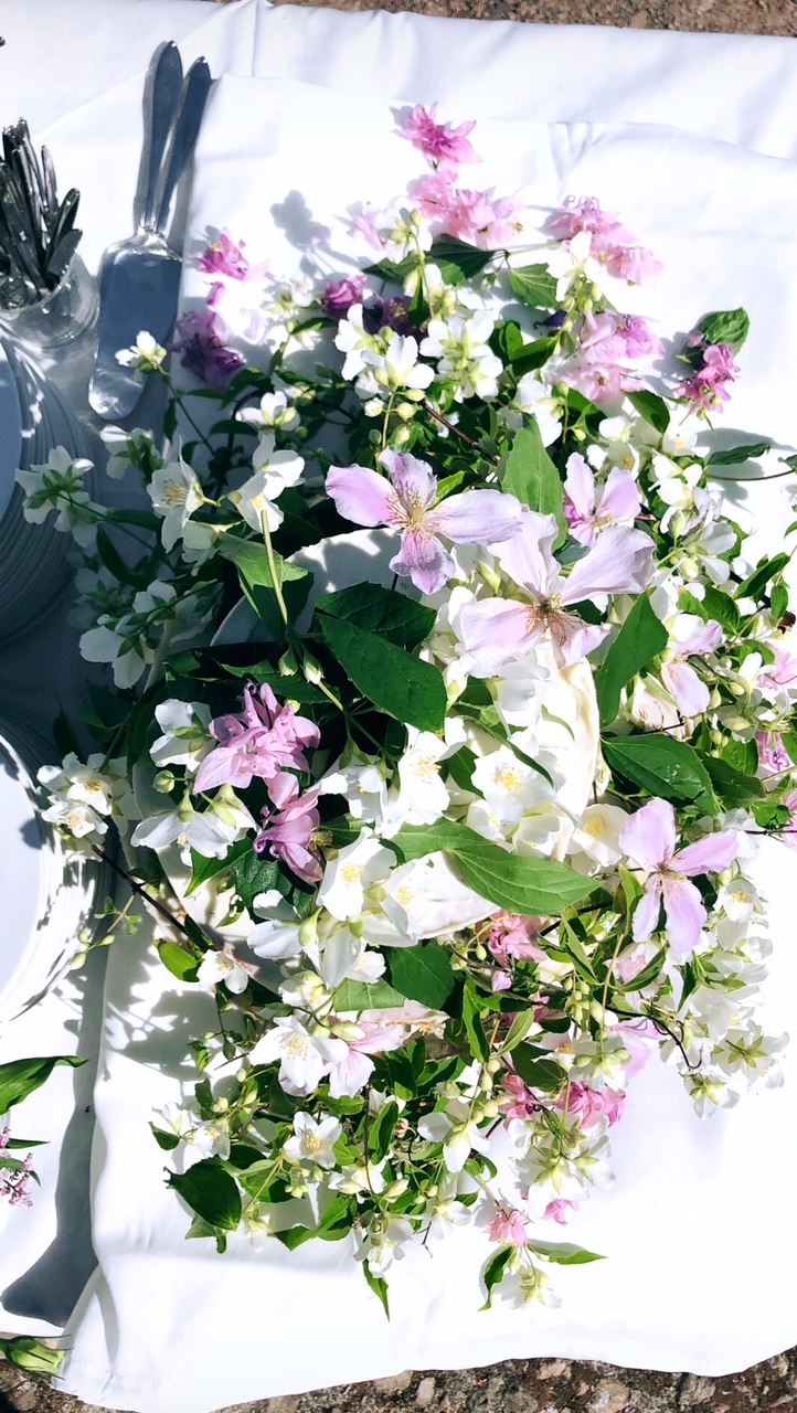 Looking down on top of the cake. I used philadelphus, clematis and aquilegia from the garden to decorate.