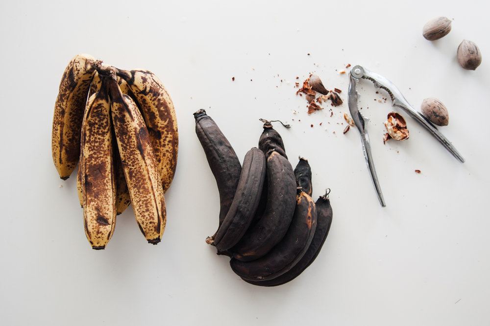 The bananas on the right are ready to use in your cake. The ones on the left, for your smoothies.