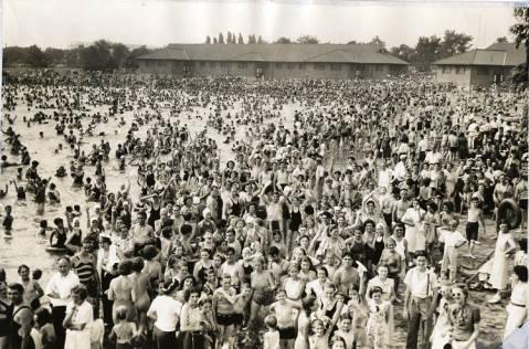 Crowd_at_League_Island_bathing_beach.jpg