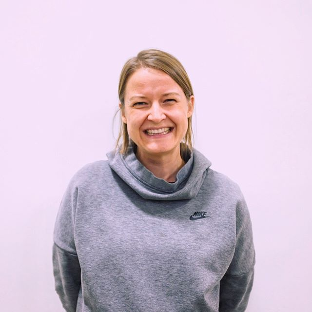 MEET BECKY | Becky is a chocolate-avocado-pudding-lovin' reader whose dream job is to be an archivist at a museum or historical library (or a writer). You can probably tell by her smile that her most-used emoji is the ❤️. - Over the next few weeks, we'll be introducing our stellar (volunteer) bookstore staff to you one-by-one. Stay tuned! 💗 . #volunteer