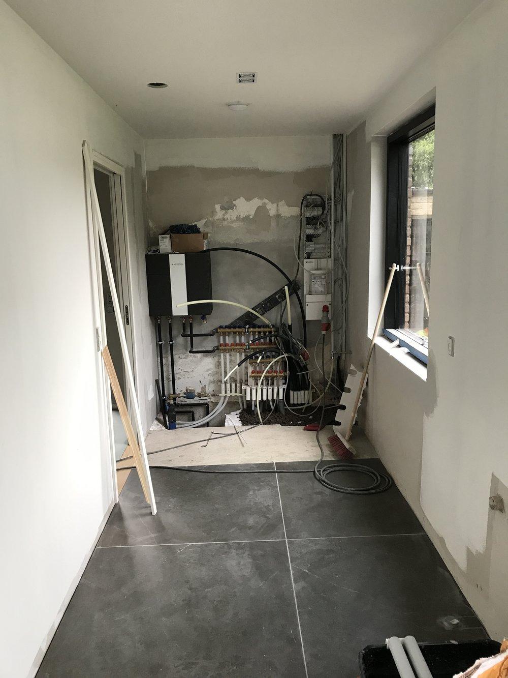 Al husets teknik i form af el, internet, VVS, vaskesøjle og Genvex anlæg blev installeret i bryggerset og skjult bag skydelåger i begge ender af rummet.