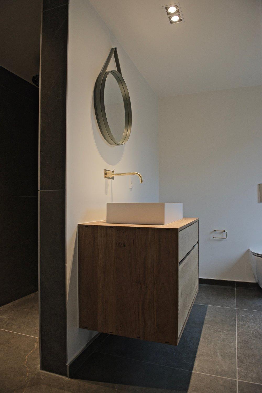 Til sidst blev sanitet, i form af toiletter, vaske, badekar og badeværelsesmøbler monteret og projektet kunne overdrages til bygherre