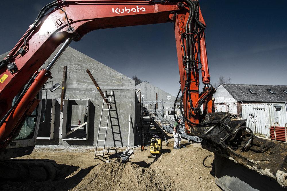 rå bygning gravemaskine.jpg