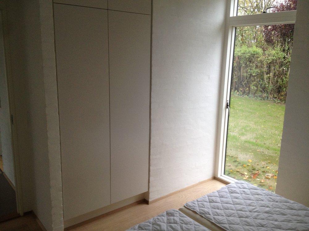 Sommerhus nybyg indbygget skab garderobe.JPG