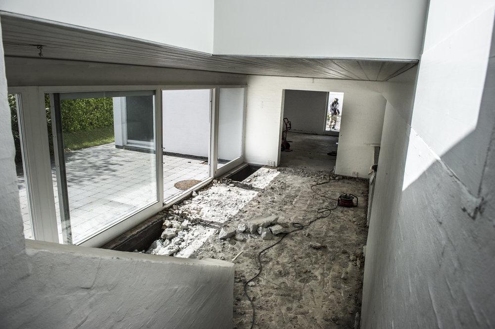 FØR: Kig fra gang til spisestue, stue og gårdhave under nedbrydningen