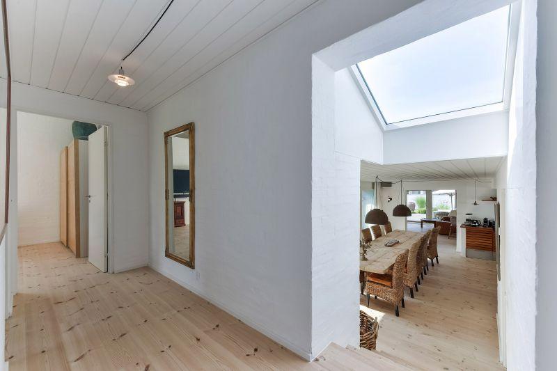 EFTER: Gang, spisestue og kig til stue og køkken efter projektets afslutning. Det nye tagvindue giver masser af naturligt lys til begge rum.