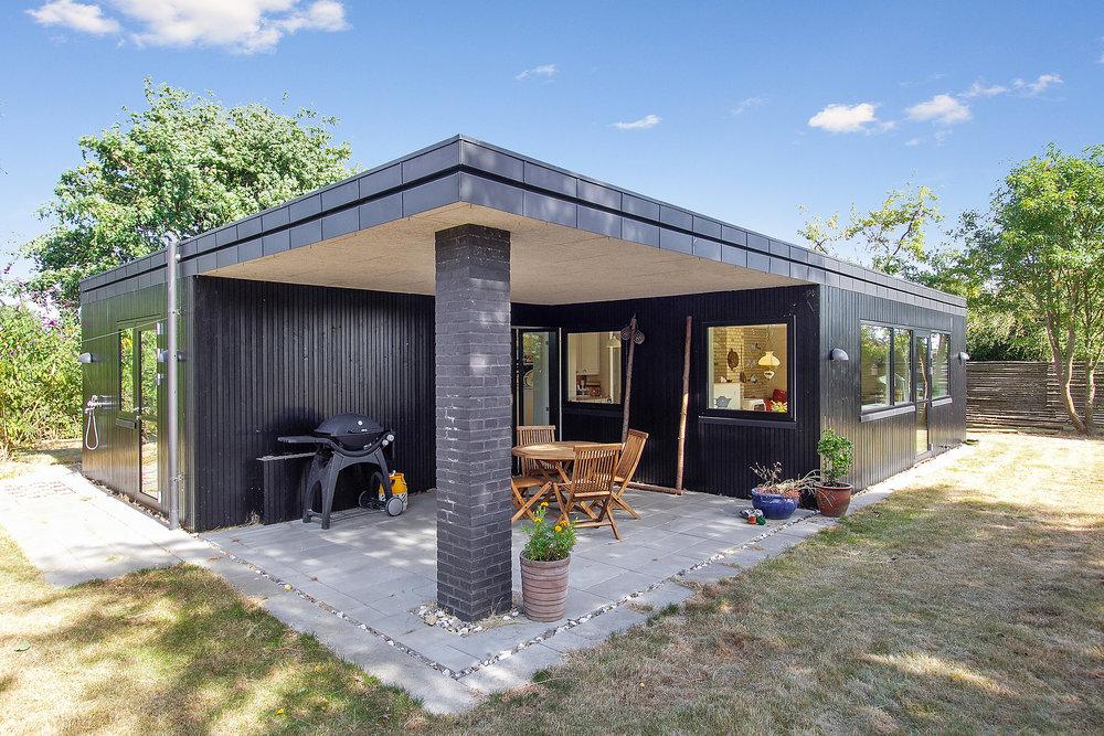 Sommerhus med stor overdækket terrasse.jpg