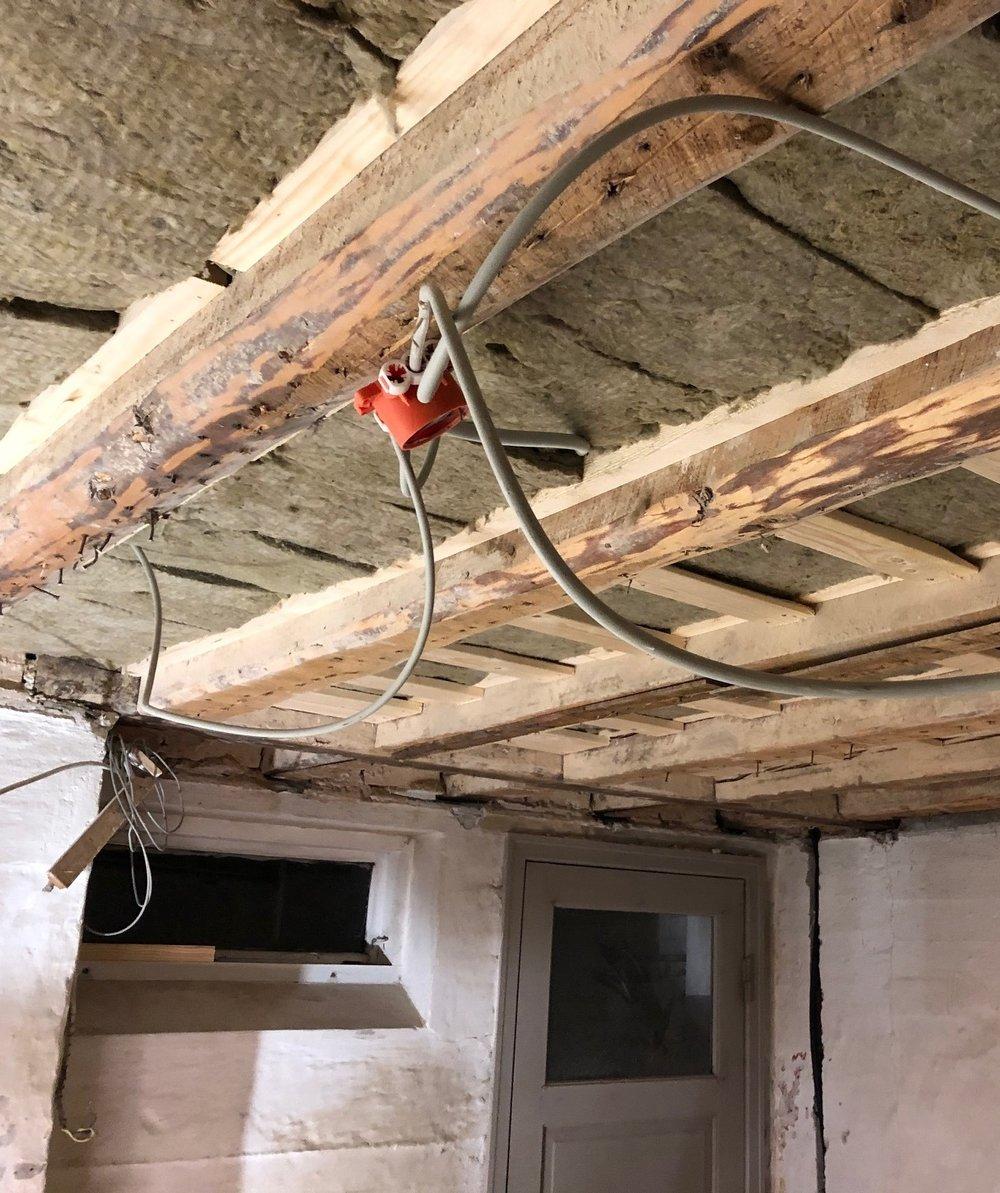 Alle gamle lofter er revet ned, så de kan erstattes af nye gipslofter. I det nye badeværelse bliver de gamle bjælker fritlagte for at bevare husets oprindelige udtryk fra 1950.