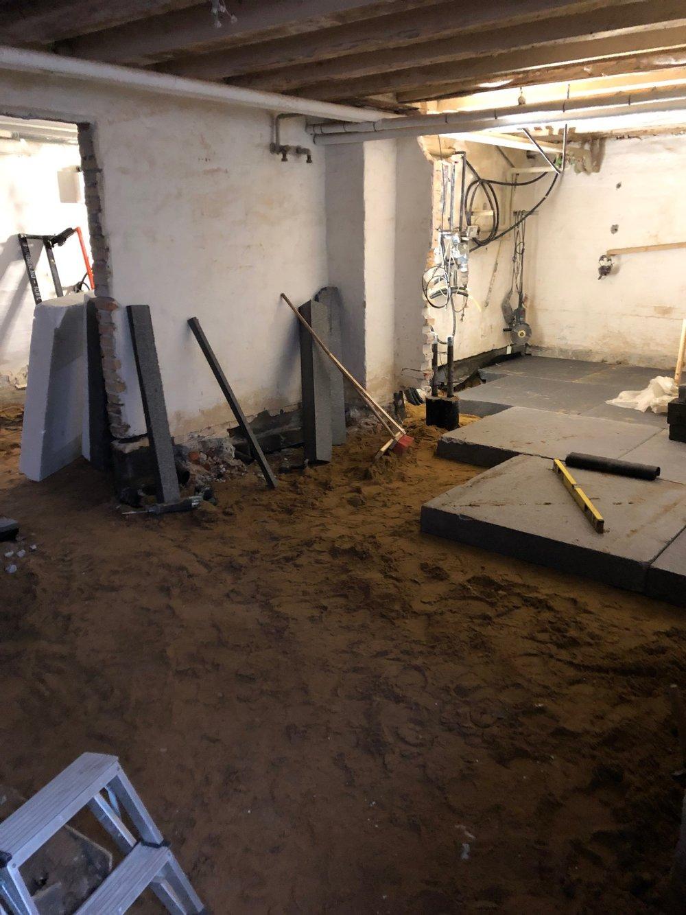 Hele kælderen blev gravet ud for at klargøre til gulvvarme i samtlige rum. Her er isoleringen ved at blive lagt.