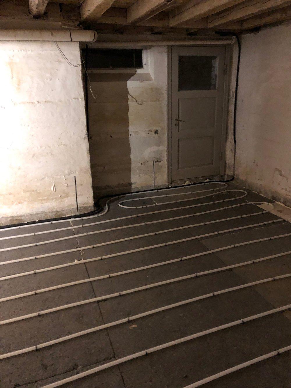 Gulvvarmeslangerne er placeret ovenpå isoleringen. Så kan det nye gulv snart blive støbt.
