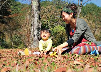 郡上市に暮らす可児 瞳さんご家族。里山を活用した自主保育の場に積極的に参加し、親子で自然とふれあう暮らしを心がけている。「地域のみなさんが親切でフレンドリー。子連れで安心して出かけられるんです」と明るい笑顔