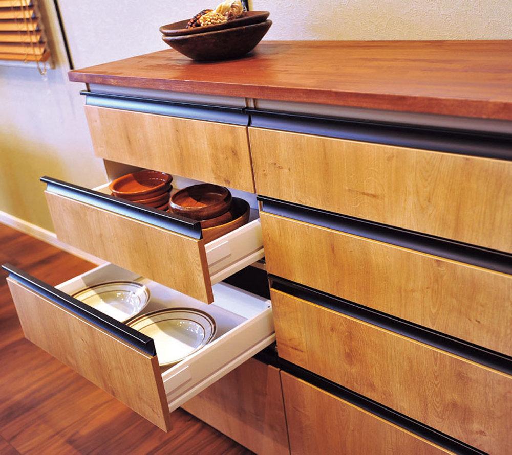 機能的なシステムキッチン  機能性はもちろん、デザイン性も優れたLIXILのシステムキッチン。背面には、作りつけの棚を配置し、食器や鍋、調味料なども見せておしゃれに収納できる 上/引き出し収納も充実で、大皿やどんぶりなどもたっぷり入る