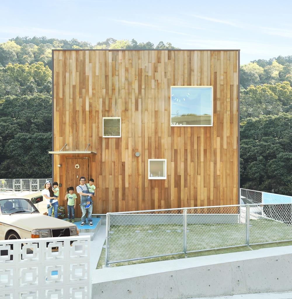 シンプルで飽きのこない四角い外観 住む人の生活に馴染むシンプルで飽きのこない外観。無駄を省き、凹凸を無くすことで広々とした内部空間を確保。さらに、「+FUN」で家族のこだわりをプラスできる。好みに合わせて選べるカラーバリエーションも。Nさんのお宅の外壁は、レッドシダーの木材を使った特別仕様。