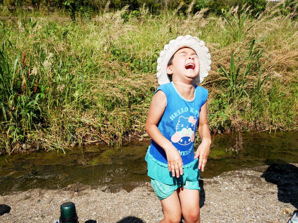あなたは猫か?というくらい、服が濡れた事で大泣きし始める次女。そんなに濡れるのがいやならそもそも川で遊ぶな〜!!と心の中で叫ぶ私。