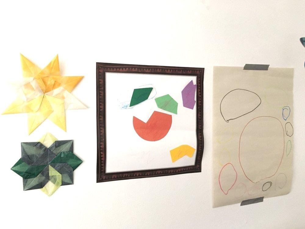 自分の絵をスクリーンに投影できるワークショップで描いた絵(一番右)は、リビングに飾っています。