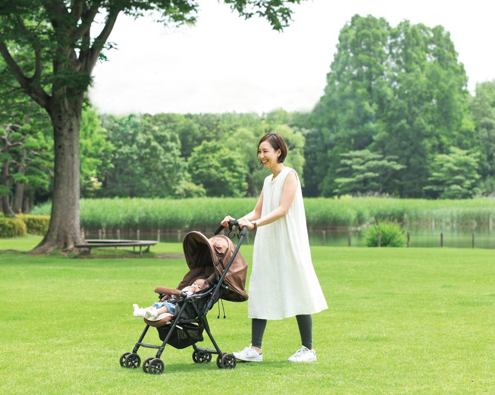親子で公園に遊びに来た小川さん。『モーハウス』のオーガニックワンピースは、シンプルながらラインも美しく授乳服に見えないのがうれしい。「ふんわり着心地がいいです」
