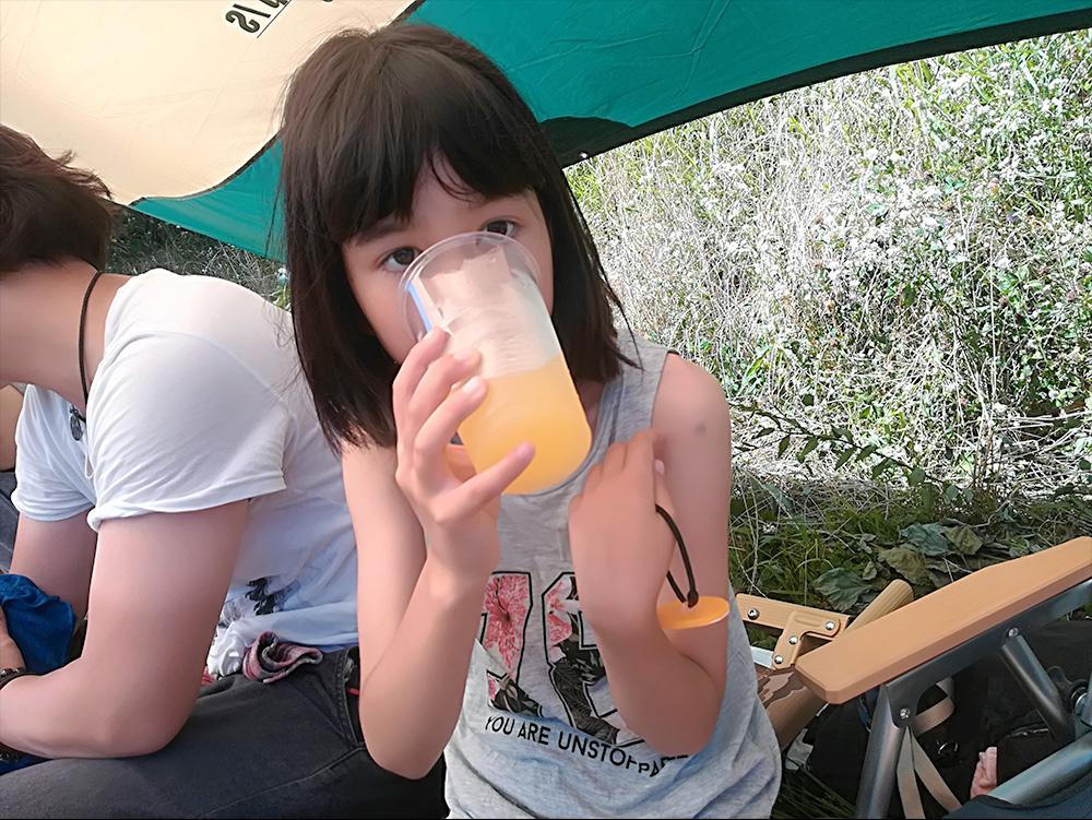 「大学のサークルでBBQに来たよ!」とインスタにあげそうな、小学生には見えない長女。オレンジジュースがビールにしか見えない・・・。