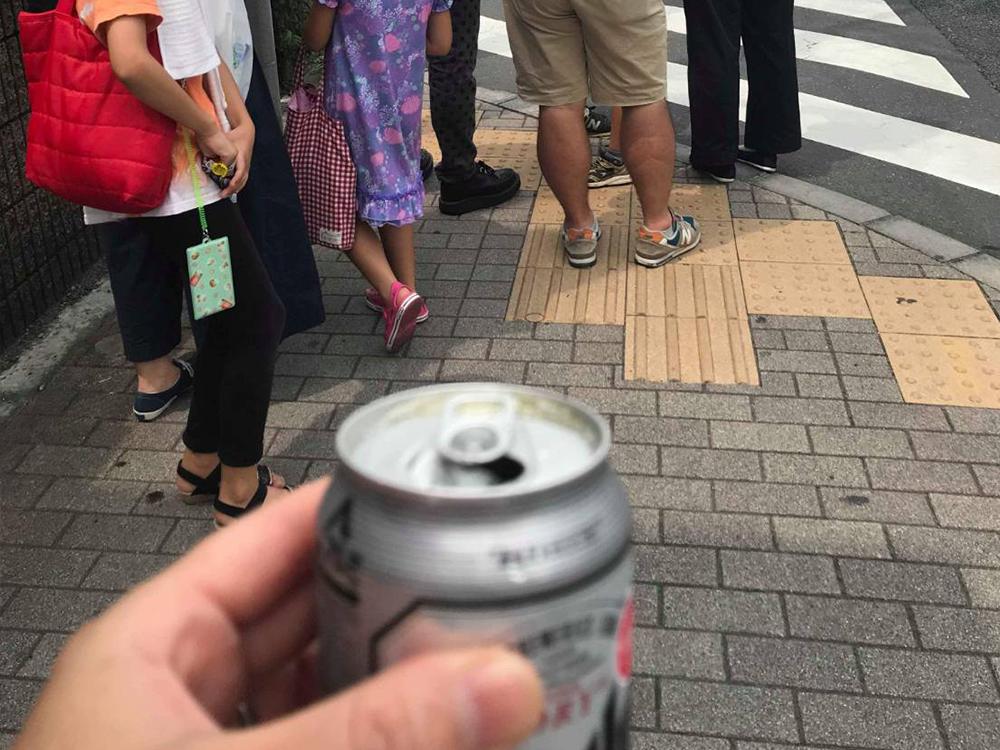 あまりの暑さにビール片手に飲みながら歩く、見本にしてはいけない大人たち。(念のためビールを持ってるのは私じゃないですw)