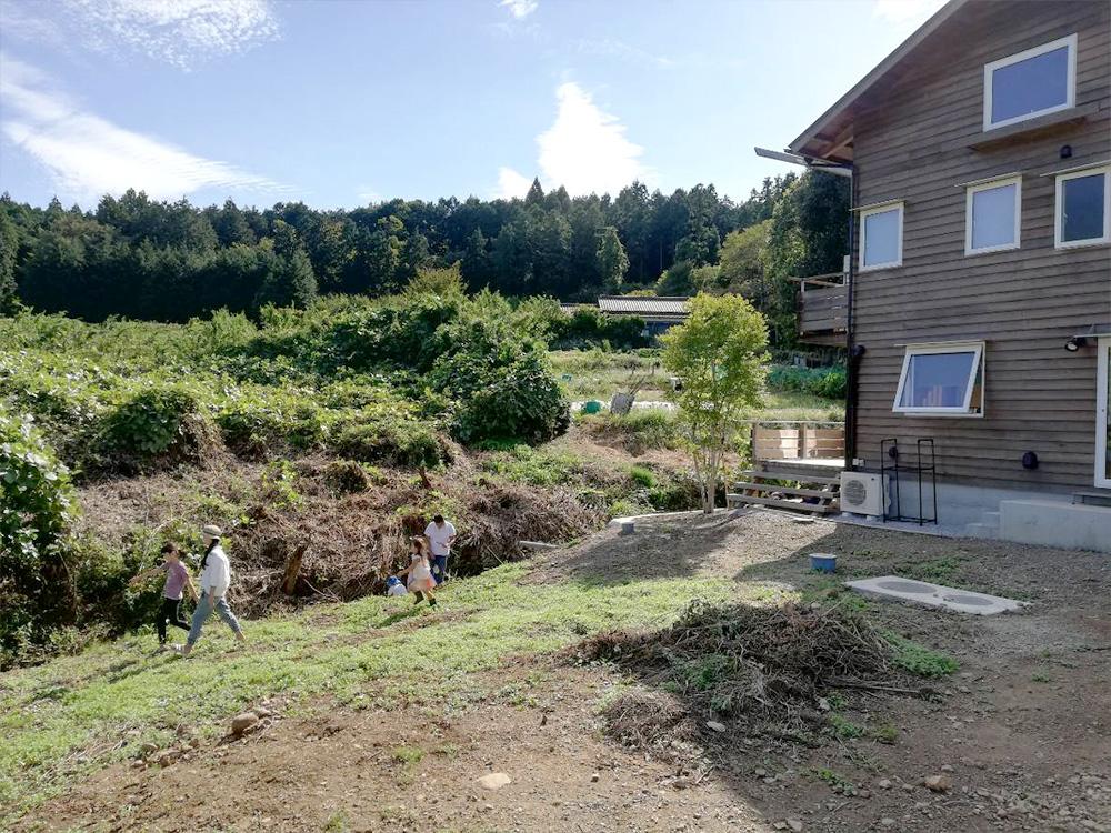 家の側に小川が流れる素敵なお家。裏にはオーガニックガーデンができる予定!