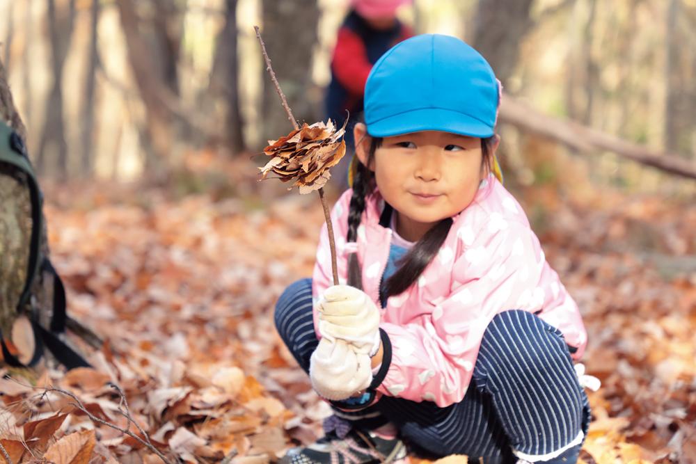 木の枝と葉っぱでままごと。「バーベキューできたよ」