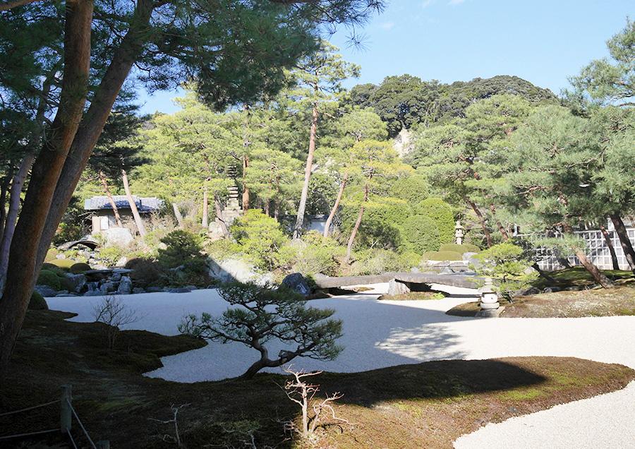 横山大観の名作「白沙青松」をモチーフに作られた「白砂青松庭」