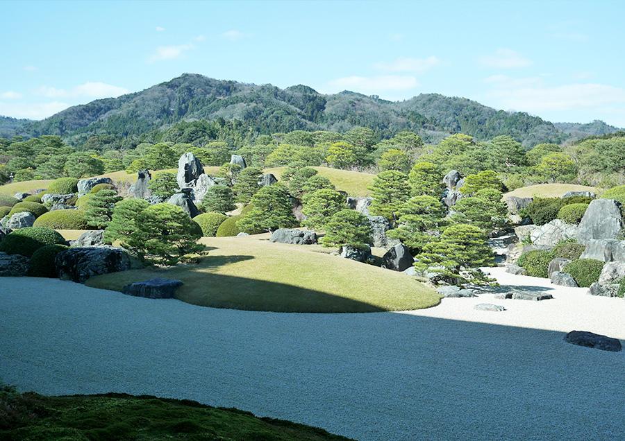 自然の山々と人工の庭園との調和が美しい足立美術館の主庭「枯山水庭」