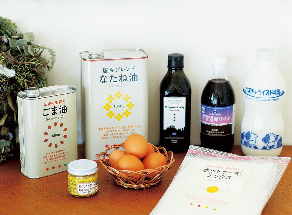 山田さんのお気に入りの一部。原料や製造法にこだわったオイル、夫婦の晩酌にぴったりの量という無添加ワイン、ほんのり甘い味のする牛乳、お子さんが大好きなマスタードと卵、ホットケーキミックス