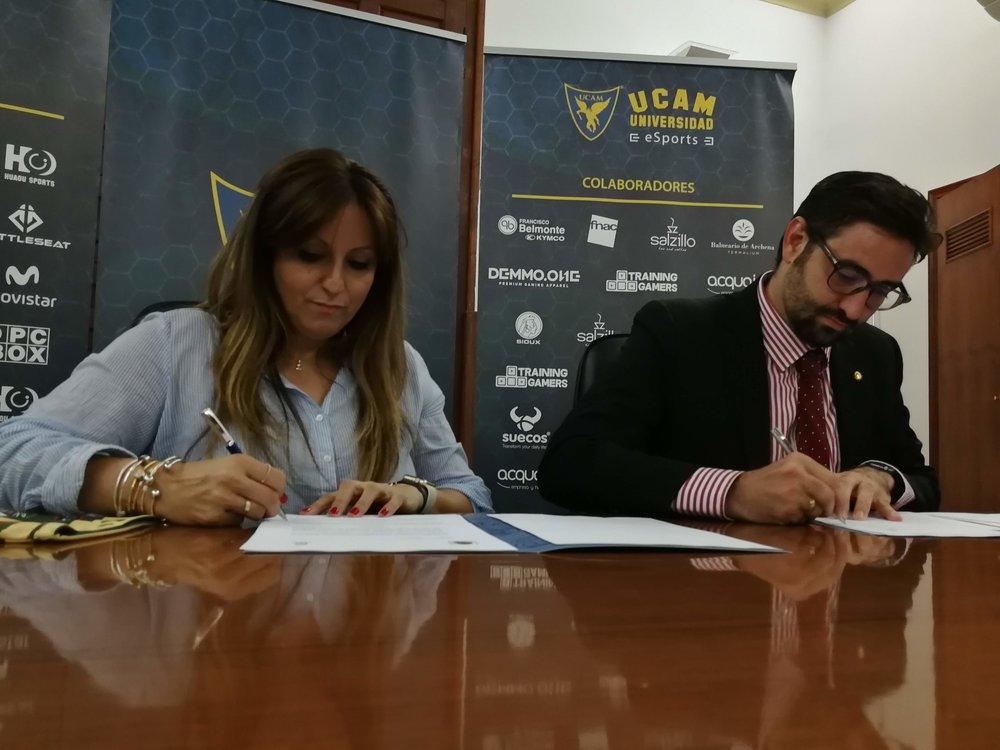 Blanca Chércoles, CEO de Wild Gaming y Samuel Mendoza, Director General de Infraestructuras y Desarrollo Digital de la UCAM, durante la ratificación del acuerdo. (Imagen: Wild Gaming)