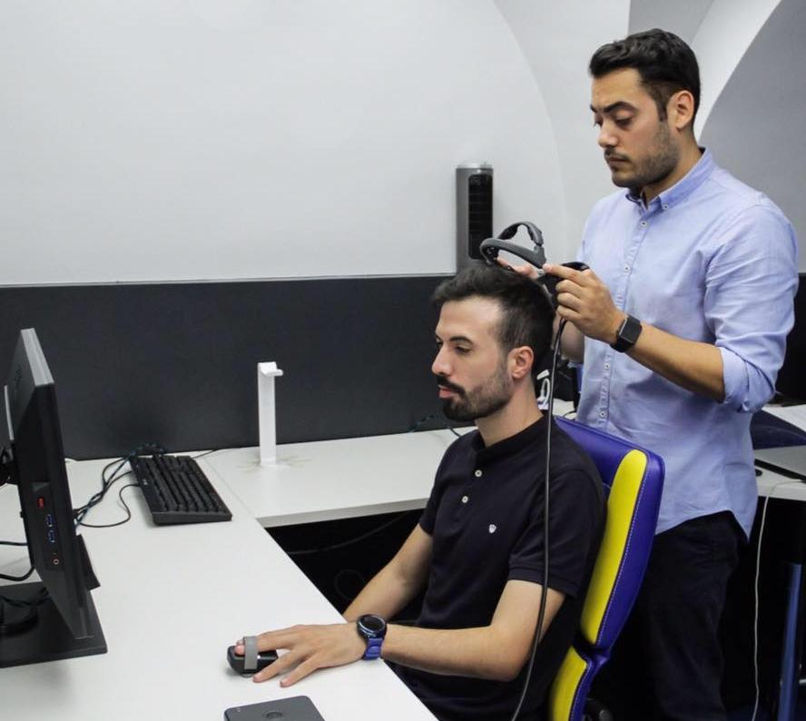 """En la imagen: Frano Giakoni, responsable de la investigación y Antonio Rivas del Rey, """"Flipin"""", jugador de X6tence."""