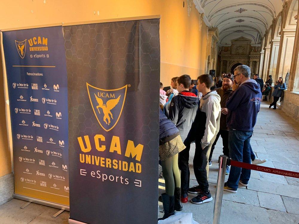 """Foto: Francisco José Lozano  (Cortesía)  - """"Retro Santo Domingo 2019. Más que videojuegos por alimentos"""". En la foto: Asistentes al evento esperando turno en el stand de UCAM para practicar sus eSports favoritos."""