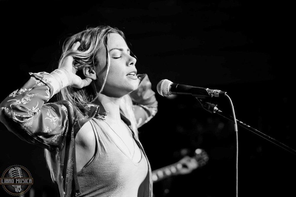 """SamstagEWJR-Bühne Curtiplatz22:30 - 23:45Tickets ► Hier kaufen - Maggie Koerner kennt wohl nur, wer schon mal in New Orleans war. Dort nämlich ist die junge Sängerin längst ein Begriff. Tief und kratzig ist ihre Stimme, geht durch Herz und Bauch. Gut, dass das einstige Hippiemädchen nicht, wie sie nach ihrem Studium erst beschlossen hatte, Psychologin geworden ist.Ende 2016 veröffentlichte Koerner die EP """"Dig Down Deep"""". Die vier Songs wurden in vier verschiedenen Sessions innerhalb zweier Jahre mit einer langen Liste an Kollaborateuren aufgenommen. Produziert hat die EP Finian Paul Greenall aka Fink höchstpersönlich. Der britische, melancholische Singer-Songwriter, früher DJ, versteht es den Blues mit elektronischer Ästhetik zu verbinden. Spannend ist das. Und spannend ist demnach eben auch Maggie Koerners Musik. Die Sängerin, die lange mit der Funk-Band Galactic auf Tour war, die auch schon mit Trombone Shorty, Charles Bradley und Gov't Mule aufgetreten ist, zelebriert heute, Fink sei Dank, einen neuen, jungen Blues. Ihre Musik betört manchmal mit hypnotisch-schleppender Anmutung und wird erst nach mehrmaligem Hinhören richtig attraktiv. Daheim in Louisiana nennt man Maggie denn auch nicht etwa eine Blues-Queen, aber die Indie-Soul-Queen.Zu ihrer Musik und zu ihren Songs sagt sie: """"Ich möchte, dass die Leute beim Zuhören fühlen und sich auch Fragen stellen zu allem Unsinn, der um uns passiert."""" Das heisst: Maggie Koerner ist definitiv kein Pop-Sternchen und dürfte mit ihrem Sound bei ihrer Schweizer Premiere in Rapperswil begeistern, aber auch irritieren.Hier reinhören ♫Zur Website 🔗"""